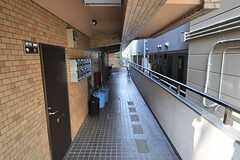 マンションの通路。途中に階段があります。(2014-04-09,共用部,OTHER,1F)