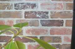 壁のレンガは本物です。(2014-04-09,共用部,LIVINGROOM,3F)