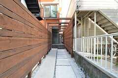 玄関へのアプローチ。(2015-03-31,周辺環境,ENTRANCE,1F)