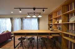 ダイニングテーブルの様子2。天板の下は収納スペースがあります。(2015-03-31,共用部,LIVINGROOM,1F)