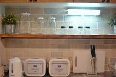 炊飯器やポットは作業台の上に設置されています。(2015-03-31,共用部,KITCHEN,1F)