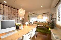 リビングの様子。手前にダイニングテーブル、奥にソファスペースがあります。(2013-02-14,共用部,LIVINGROOM,2F)