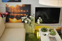 テレビの並びに、ファブリックボードが飾られています。(2013-02-14,共用部,TV,2F)