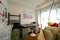 ソファ奥には電子ピアノが置かれています。(2013-02-14,共用部,LIVINGROOM,2F)