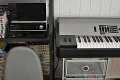 電子ピアノ脇の棚には漫画やコンポなどがならんでいます。(2013-02-14,共用部,LIVINGROOM,2F)