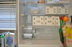 冷蔵庫の中は、部屋ごとのスペースをカゴで仕切っています。(2013-02-14,共用部,KITCHEN,2F)