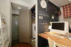 入り口脇のドアの先はバスルームです。(2013-02-14,共用部,OTHER,2F)