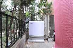 玄関前に導入された蓄電機。昼間貯めた電力を夜使用することができます。(2013-12-09,共用部,OTHER,1F)