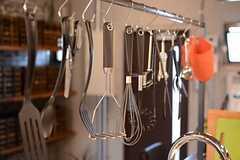 シンクの上部には調理器具が掛かっています。(2015-07-07,共用部,KITCHEN,8F)