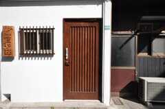 シェアハウスの玄関ドアの様子。(2010-02-09,周辺環境,ENTRANCE,1F)