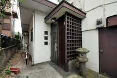 シェアハウスの正面玄関。(2010-08-06,周辺環境,ENTRANCE,1F)