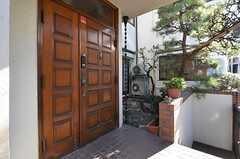 シェアハウスの玄関の様子。奥に庭があります。(2014-12-13,周辺環境,ENTRANCE,1F)