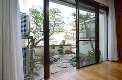 窓から庭に出られます。(2014-12-13,共用部,LIVINGROOM,1F)