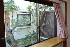 窓から庭が眺められます。(101号室)(2014-12-13,専有部,ROOM,1F)