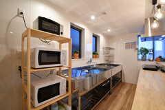キッチンの様子。シンクが2箇所、IHヒーターが4箇所設置されています。(2018-02-13,共用部,KITCHEN,1F)