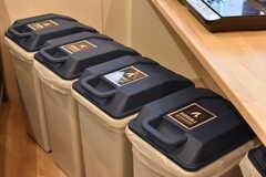 カウンターの下にはゴミ箱が置かれています。(2018-02-13,共用部,KITCHEN,1F)