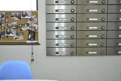 リビングの一角にポストの取り出し口が設置されています。(2014-10-30,共用部,LIVINGROOM,1F)