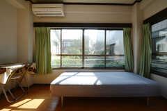 窓に広がる緑。(203号室)(2014-10-30,専有部,ROOM,2F)