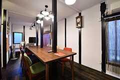 リビングの様子。柱を支えとして、長いダイニングテーブルが置かれています。(2017-01-18,共用部,LIVINGROOM,1F)