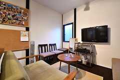 ソファスペースの様子。TVは壁掛け式です。コルクボードに写真が飾られています。(2017-01-18,共用部,LIVINGROOM,1F)