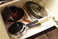 IHクッキングヒーターの下は共用の鍋やフライパン収納されています。(2017-01-18,共用部,KITCHEN,1F)