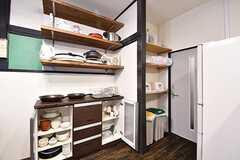 キッチン脇は収納棚です。収納棚にはキッチン家電や共用の食器が用意されています。(2017-01-18,共用部,KITCHEN,1F)