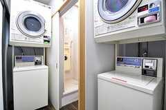 ランドリールームの様子。洗濯機と乾燥機が2台ずつ設置されています。洗濯機と乾燥機は無料で使用することができます。(2017-01-18,共用部,LAUNDRY,1F)