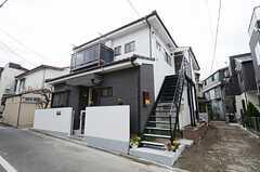 シェアハウスの外観の様子。1Fがシェアハウス、2Fは一般賃貸物件です。(2013-02-14,共用部,OUTLOOK,1F)