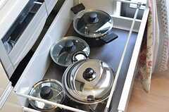 コンロ側の引き出しには、鍋類が保管されています。(2013-01-23,共用部,KITCHEN,1F)