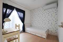 個性的な壁紙です。(102号室)(2013-01-23,専有部,ROOM,1F)