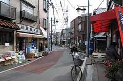 商店街は徒歩1分。お惣菜のお店もあります。(2013-01-23,共用部,ENVIRONMENT,1F)