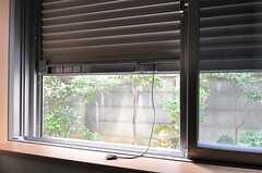 防犯シャッターが付いています。(105号室)(2012-02-22,専有部,ROOM,1F)