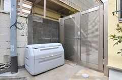 玄関脇にはゴミを一時的に置けるようになっています。扉からは庭に入れます。(2012-02-22,共用部,OTHER,1F)