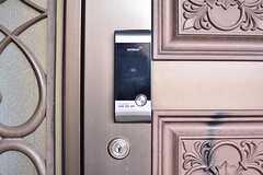 玄関の鍵はナンバー式のオートロックです。(2017-01-23,周辺環境,ENTRANCE,3F)