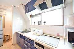 キッチンの様子。IHクッキングヒーターは3口です。キッチンには炊飯器が2台置かれています。(2017-01-23,共用部,KITCHEN,3F)