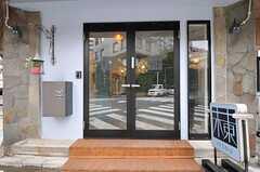 シェアハウスの正面玄関。(2011-03-02,周辺環境,ENTRANCE,1F)