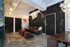 シェアハウスのラウンジの様子。壁一面が黒板仕上げです。(2011-03-02,共用部,LIVINGROOM,1F)