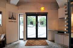 内部から見た玄関の様子。ガラスにはサインもあります。(2011-03-02,共用部,LIVINGROOM,1F)
