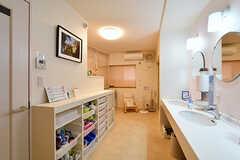 水まわり設備は集約されていて、洗面台、シャワールーム、洗濯機はこちらのスペースに。(2017-05-16,共用部,WASHSTAND,1F)