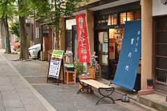 鬼子母神通りの案内所。カフェや手づくりの家具店などもあります。(2017-05-16,共用部,ENVIRONMENT,1F)