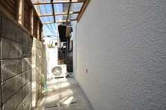自転車置場の様子。屋根付きです。玄関脇にも停められます。(2015-03-07,共用部,GARAGE,1F)
