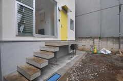 正面玄関へはステップを上がります。(2011-09-26,周辺環境,ENTRANCE,1F)