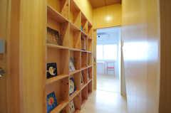 廊下に並んだ本は評論家の三浦展氏がセレクトしているのだそう。奥には102号室があります。(2012-02-20,共用部,PARTY,1F)