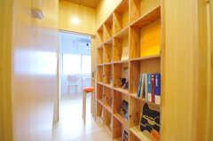 廊下の様子。奥は103号室です。専有部のドアを全部閉めて、近所の方に本棚スペースを開放する日を作るそう。(2012-02-20,共用部,OTHER,1F)