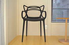 複雑な背もたれの椅子です。(101号室)(2012-02-20,専有部,ROOM,1F)