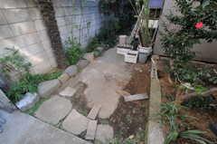 建物裏にある物干しスペースの様子。物干し台が設置予定です。(2012-02-20,共用部,OTHER,1F)