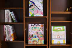 本棚には子供向けの本が並んでいます。(2019-08-20,共用部,OTHER,1F)