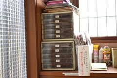 棚の上に設置された郵便トレーの様子。郵便物は気付いた人が振り分けるそうです。(2018-04-06,周辺環境,ENTRANCE,1F)