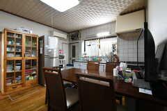 ダイニングテーブルの対面はキッチンです。(2018-04-06,共用部,LIVINGROOM,1F)