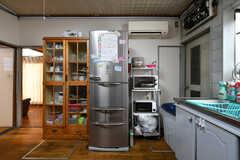 食器棚、冷蔵庫、収納棚の様子。収納棚には電子レンジ、トースター、炊飯器が設置されています。(2018-04-06,共用部,KITCHEN,1F)